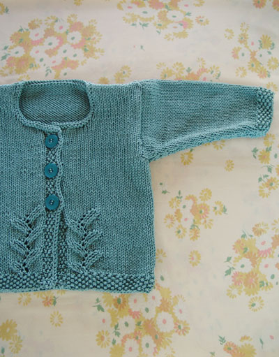 Knit a one-button baby's cardigan: free knitting pattern